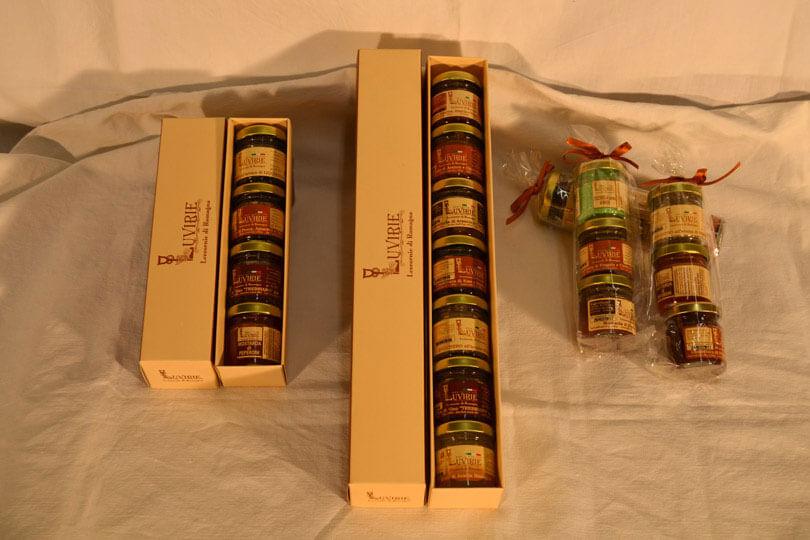 LUVIRIE - LA LINEA DI VASETTI DEGUSTAZIONE DA 40 GR. IN PRODUZIONE: Marmellata di arance, Confetture di frutta, Composte di mele, Mostarda di frutta, Gelatina di vino, Zucchero aromatizzato colorato, Miele biologico. Assortimento complessivo di oltre 60 gusti. Confezioni: astuccio da 4-7 vasetti, sacchetto 3 vasetti, caramella mimosa, ovetto di Pasqua, espositore.